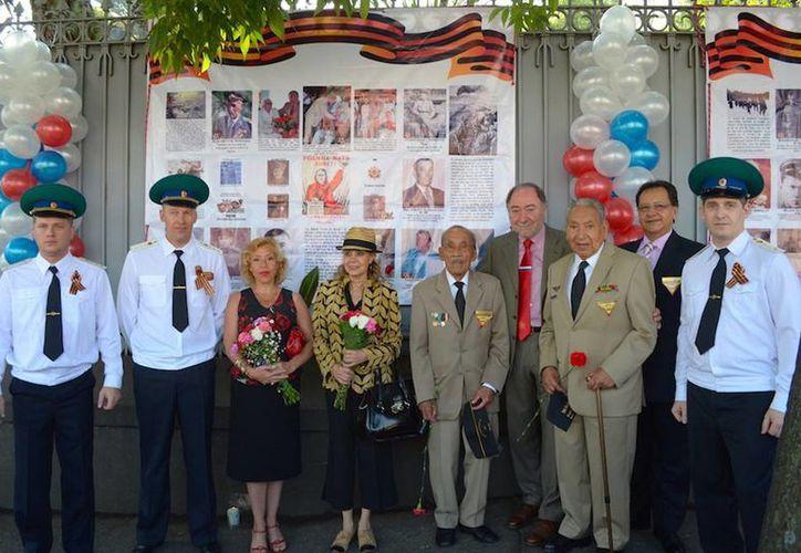 Imagen de los miembros veteranos del Escuadrón 201 acompañados de la comitiva rusa durante los festejos del Día de la Victoria en la embajada de Rusia en México. (embrumex.org)