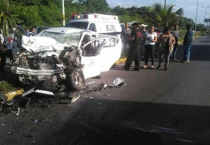 Las dos unidades involucradas de manera directa fueron reportadas como pérdida total y quedaron encima del camellón. (Sergio Orozco/SIPSE)