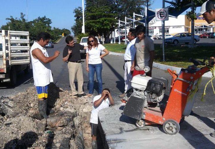 Los trabajos realizan la reparación de la tubería dañada en Chetumal. (Cortesía)