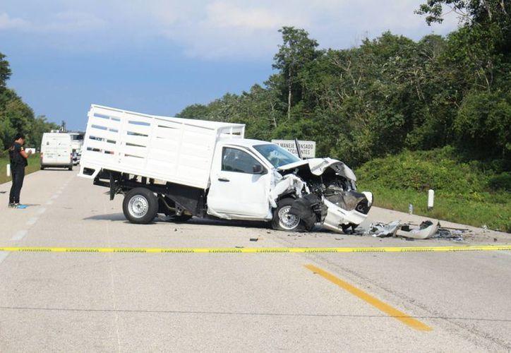 Un vehículo tipo Aveo se estrelló contra una camioneta estaquitas, sin placas de circulación. (Benjamín Pat/SIPSE)