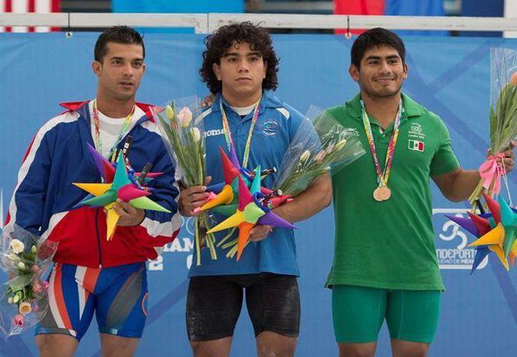 El yucateco Lino Montes (d) se sobrepuso a un fuerte catarro para poder alzarse con dos medallas y romper marcas en la Ciudad de México. (Milenio Novedades)