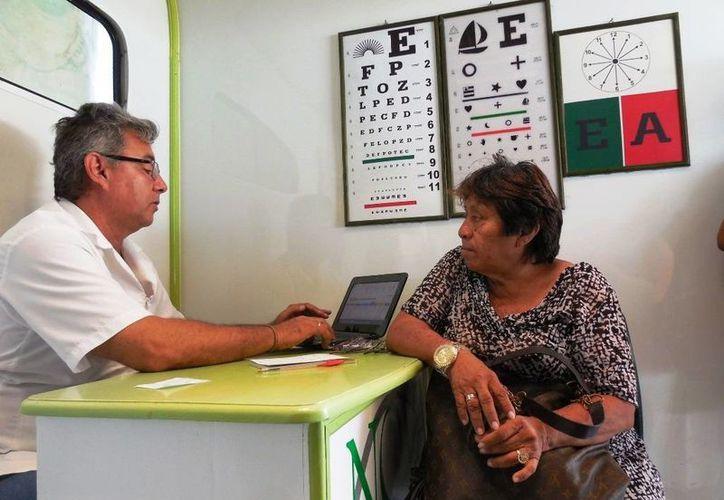 El programa es impulsado por el Gobierno Municipal, en donde participan especialistas para realizar los exámenes de la vista. (Redacción/SIPSE)