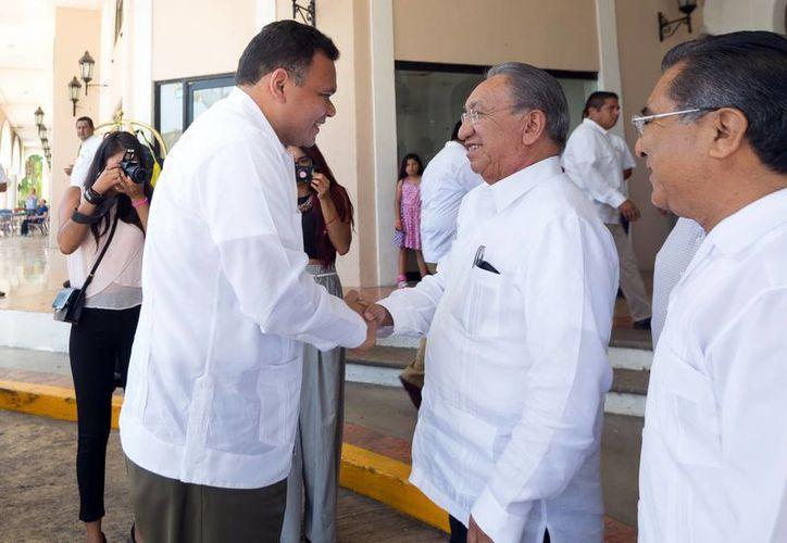 El IMSS opera con carencias, afirma el secretario general de la Confederación Revolucionaria de Obreros y Campesinos (CROC) a nivel nacional, Isaías González Cuevas (d), quien en la foto saluda al gobernador Rolando Zapata, con quien se reunió este martes. (SIPSE)