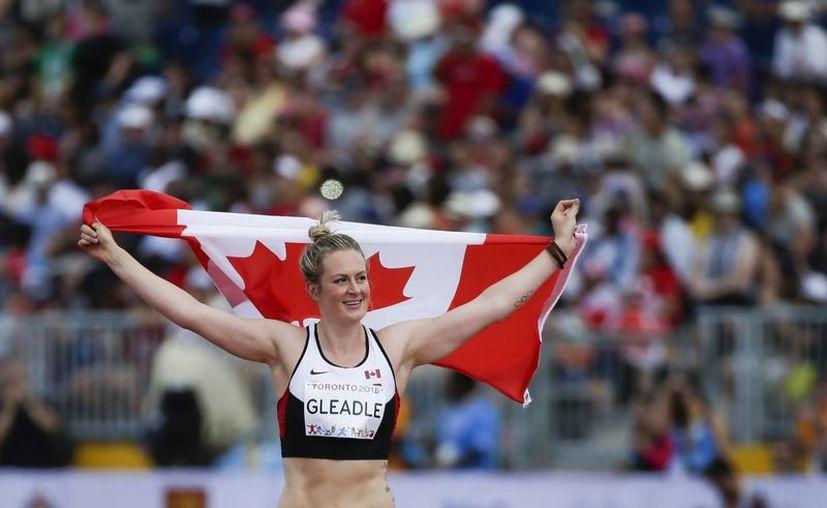 La canadiense Elizabeth Gleadle, celebra la medalla de Oro en el lanzamiento de jabalina de los Juegos Panamericanos de Toronto. (AP)