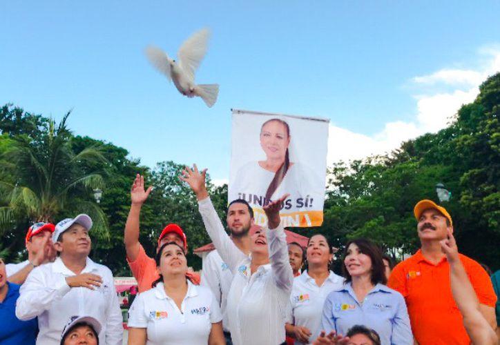La candidata liberó una paloma junto a los demás candidatos del Frente. (Redacción)