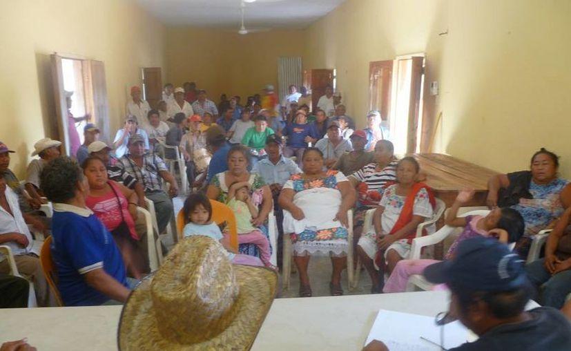 Los campesinos tomaron los acuerdos durante una asamblea. (Raúl Balam/SIPSE)