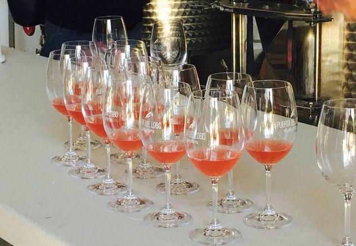 En la temporada decembrina es común excederse en la bebida. (Notimex)