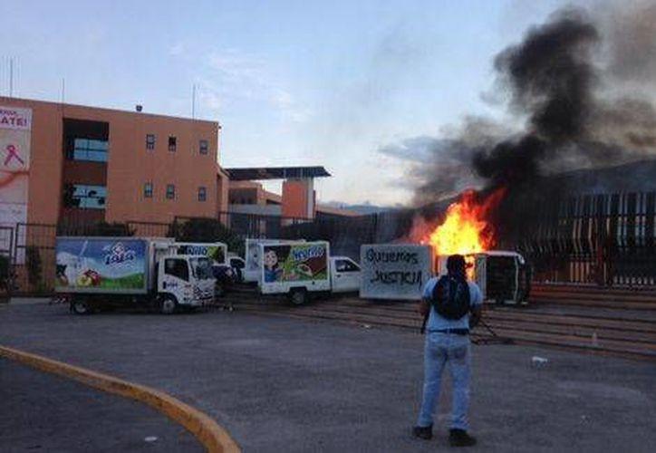 Los normalistas atacaron las instalaciones del Palacio de Gobierno de Guerrero. (José Antonio Belmont/Milenio)