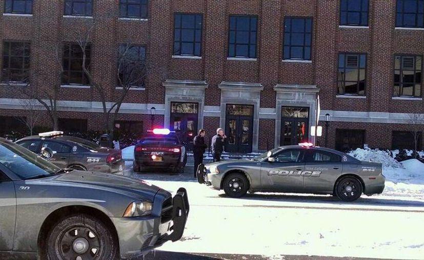 Las autoridades rastrean los alrededores del campus universitario buscando sospechosos o víctimas. (Agencias)