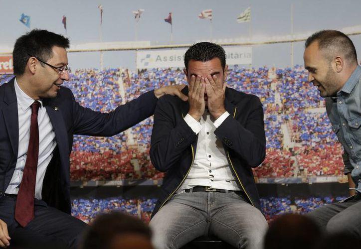 El mediocampista español no pudo contener las lágrimas, tras escuchar el emotivo mensaje de su compañero Andrés Iniesta.(AP)