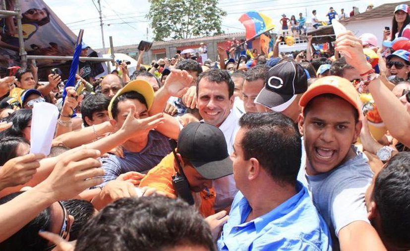 Henrique Capriles (c) saludando a sus seguidores durante su visita a la localidad de Maturín, Estado Anzoategui en Venezuela. (EFE)