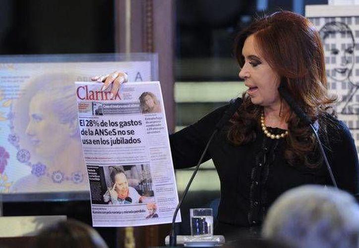 El periódico argentino dice que la norma fue impulsada por la Presidenta para destruirlo y posibilitar la aparición de medios afines al gobierno. (Internet)
