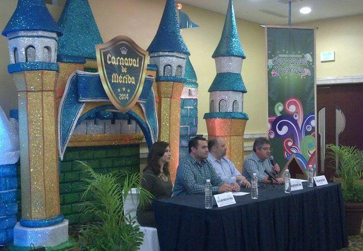 El alcalde Renán Barrera durante el anuncio sobre el costo del pasaje para asistir al Carnaval. (Martha Chan/SIPSE)
