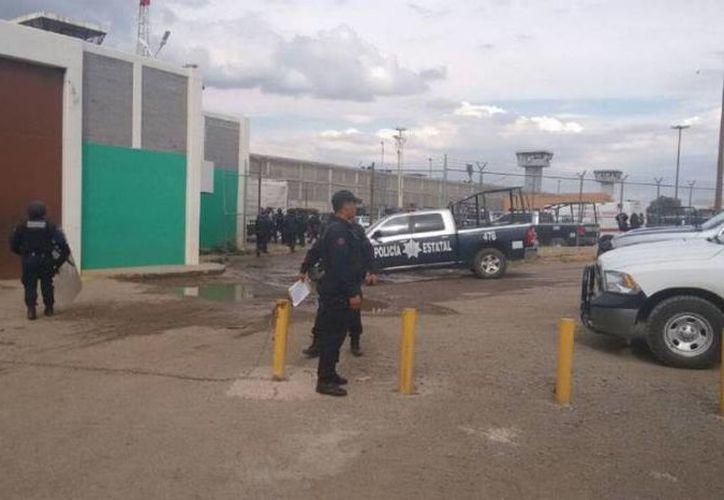 La pelea entre prisioneros del Centro Regional de Reinserción Social que se localiza en la comunidad de Cieneguillas, inició al filo de las cinco de la tarde.  (ntrzacatecas.com)
