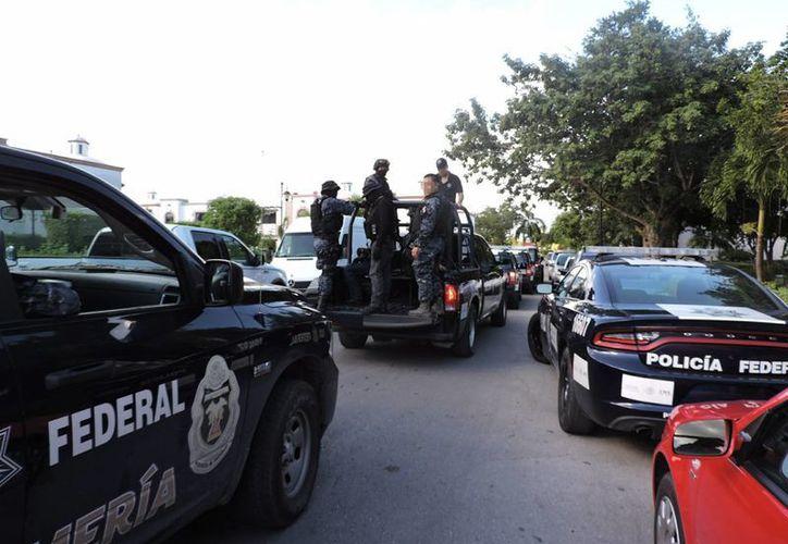 Varias patrullas arribaron en el fraccionamiento el pasado domingo. (Redacción/SIPSE)