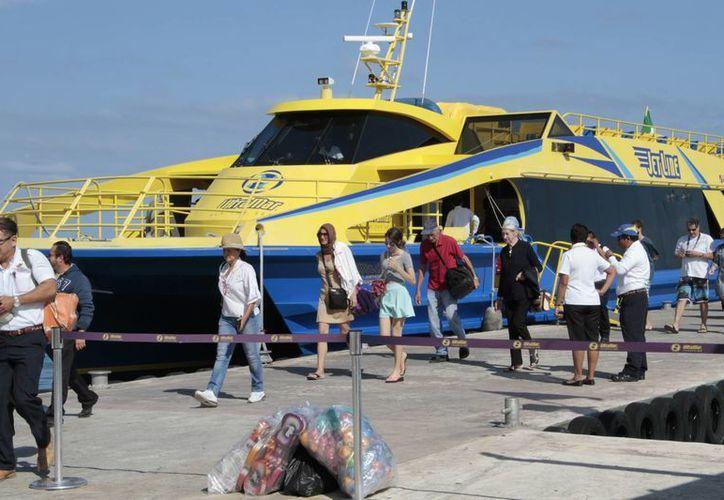 Más de seis mil turistas visitan a diario la isla. (Tomás Álvarez/SIPSE)