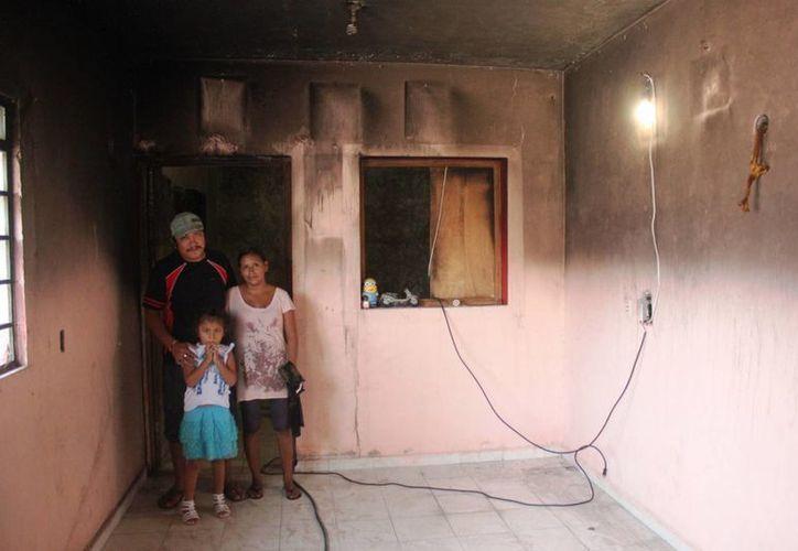 Rosalba Garnica Pacheco pide ayuda para que su familia pueda regresar a su vivienda quemada. (Daniel Pacheco/SIPSE)