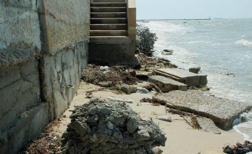La erosión de casas situadas a la orilla del mar en Progreso es un problema cada vez más grave. (Milenio Novedades)