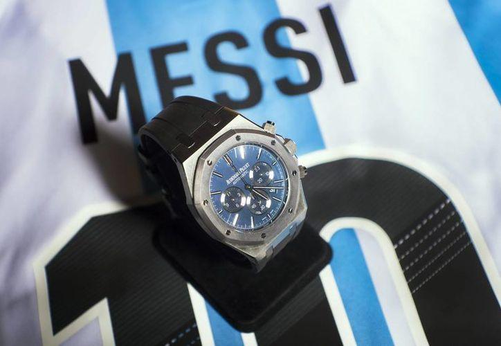 """El reloj a subastar es el """"No.10 Royal Oak Chronograph Leo Messi"""". Detrás aparece una camiseta de Messi. (EFE)"""