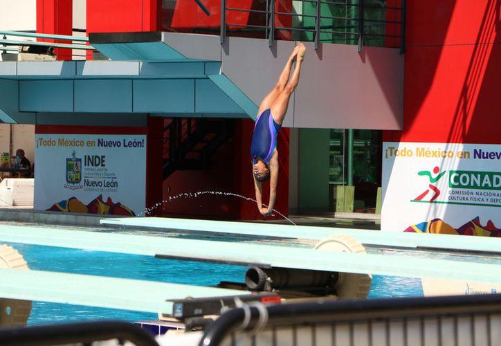La joven inició la jornada con clavados en la plataforma de 10 metros. (Raúl Caballero/SIPSE)