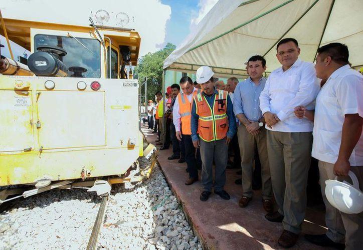 El nuevo tren de Hunucmá incrementará el volumen de carga transportada; en 2016 el alza fue de un 14 por ciento. Imagen de contexto del gobernador Rolando Zapata Bello durante una visita a las obras ferroviarias en Yucatán. (Milenio Novedades)