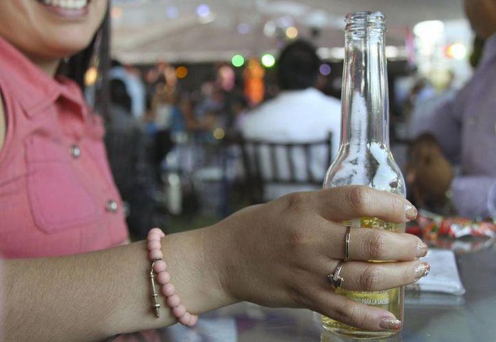 Las mujeres beben más en Yucatán que en otras entidades y por esta razón cada vez son más los casos de cirrosis por alcohol entre la población femenina. (lapolitica.mx)