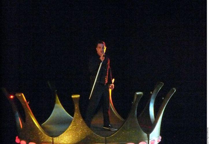 Robbie Williams durante su concierto en Inglaterra. (Agencia Reforma)