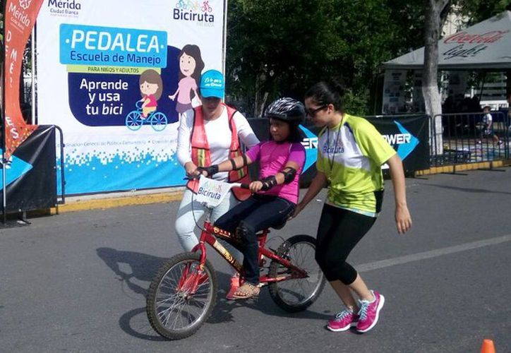 Personal capacitado enseña a los menores a manejar bicicleta. (Milenio Novedades)