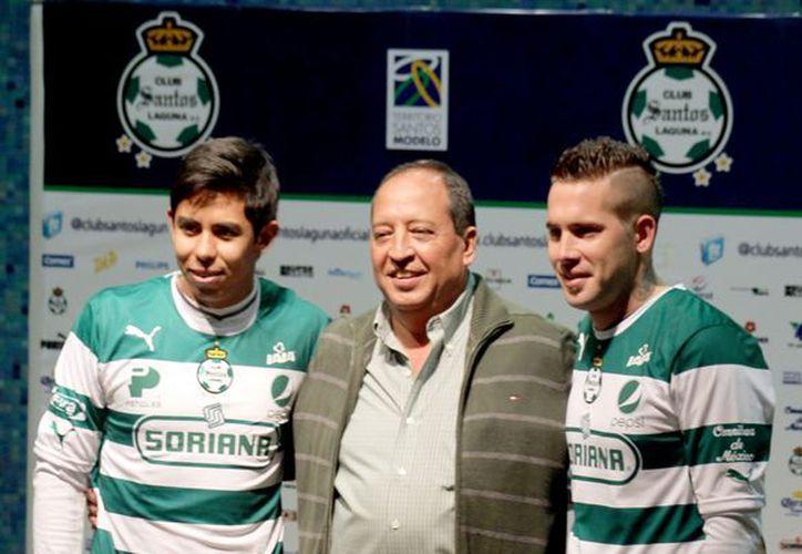 Mauro Cejas y Néstor Calderón, al ser presentados como nuevos refuerzos del Santos, en noviembre. (Notimex)
