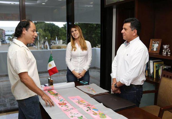 El artista recibió el reconocimiento del presidente municipal. (Redacción/SIPSE)
