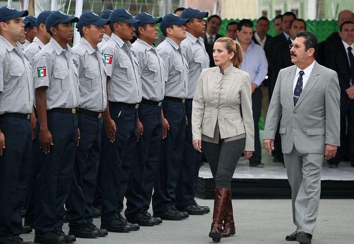 La alcaldesa regiomontana pasando revista a los nuevos elementos. (portal.monterrey.gob.mx/)