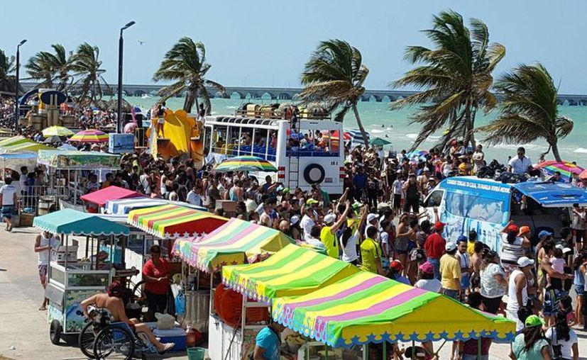 El Malecón de Progreso presenta un lleno, a minutos de que dio inicio el tradicional desfile dominical. (Gerardo Keb/Milenio Novedades)