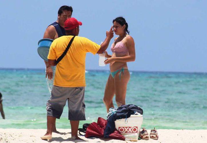 La playa Punta Esmeralda, es una de las zonas donde más vendedores hay. (Foto: Octavio Martínez)
