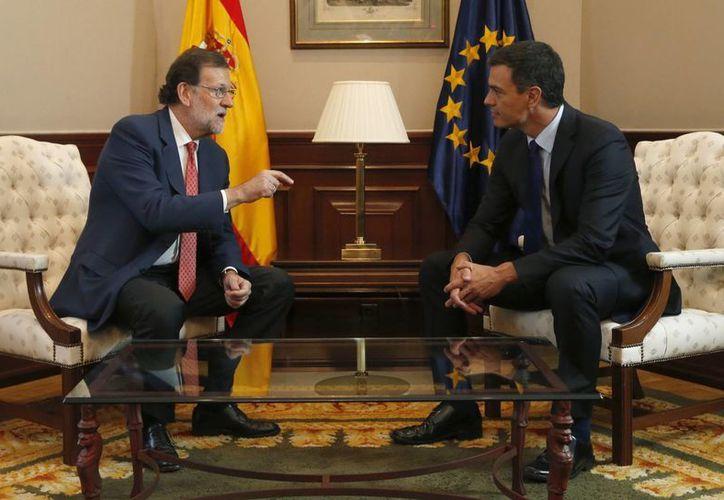 El presidente del Gobierno en funciones, Mariano Rajoy (i), y el secretario general del PSOE, Pedro Sánchez (d), al inicio de la reunión en el marco de los contactos del PP para intentar formar gobierno. (EFE)