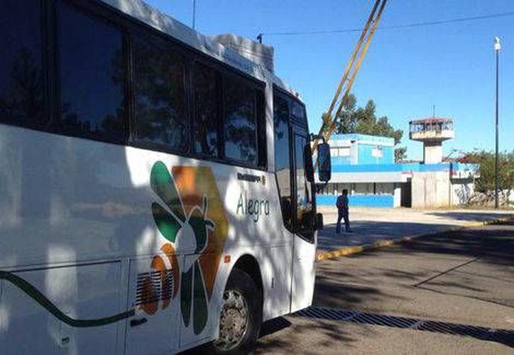 Las 22 estudiantes normalistas de Michoacán, a quienes ayer se les dictó la libertad por presuntas violaciones a la Ley Federal de Armas de Fuego y Explosivos, fueron trasladadas al penal de Mil Cumbres, donde tienen otro proceso por privación de la libertad.- (Milenio Digital)