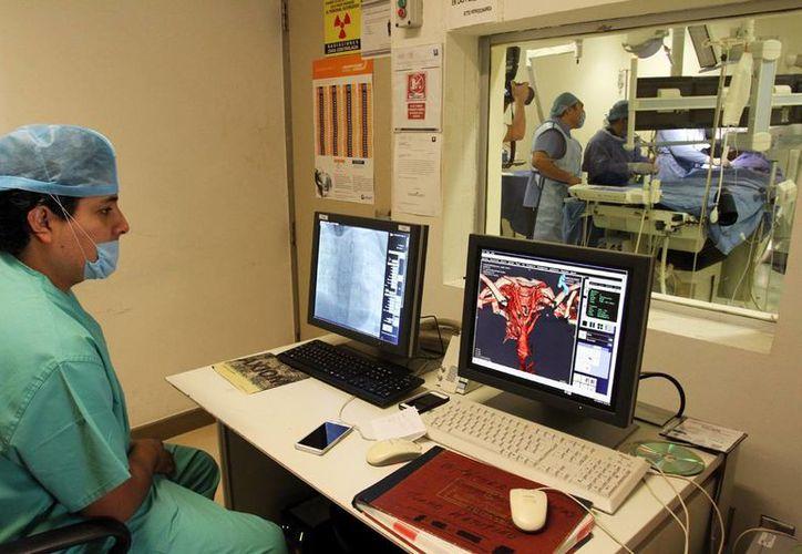 Especialistas médicos destacan que los pacientes tengan la opción del cateterismo cardiaco en lugar de una cirugía mayor. Imagen del seguimiento de una operación en el HRAE. (Milenio Novedades)