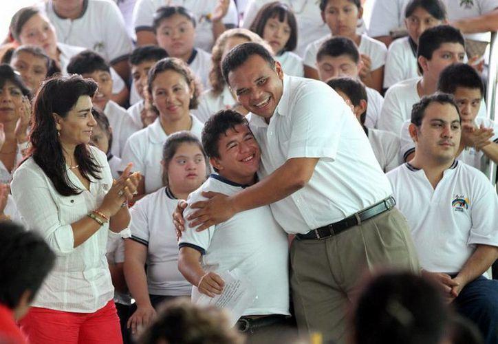 Ayer, el Gobernador Rolando Zapata entregó equipos de sonido a los 51 Centros de Atención Múltiple del Estado, en los que se atiende a más de tres mil 200 niños y jóvenes. (Cortesía)