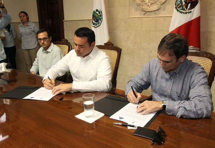 Luego de firmar el convenio, el alcalde Renán Barrera Concha dijo que combatirán a los ambulantes que no quieran salir de la informalidad. (Cortesía)
