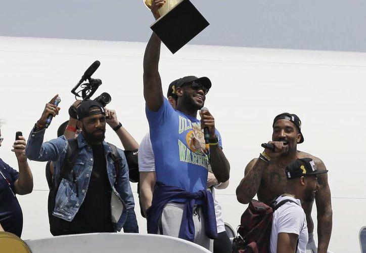 Los Cavs a su llegada al aeropuerto de Cleveland tras arrebatarle el campeonato de la NBA al poderoso Golden State. (AP)
