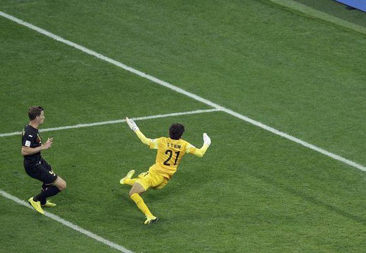 Jan Vertonghen (i) hizo el único gol del partido a los 78 minutos al aprovechar un débil rechace del arquero Kim Seunggyu. (Fotos: AP)