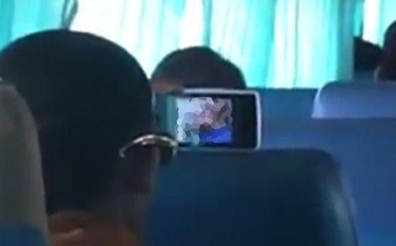 Captan a supuesto monje mirando pornografía en autobús, y en volumen alto