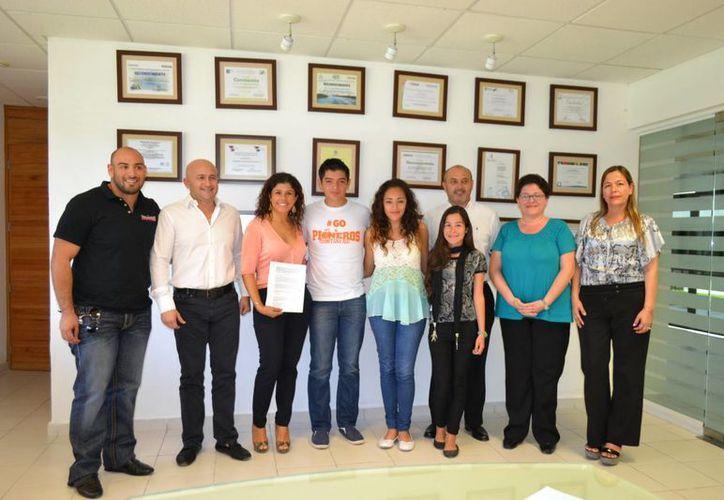 El equipo de básquetbol Pioneros de Quintana Roo y la Universidad Tecnológica de Cancún firmaron un convenio. (Redacción/SIPSE)