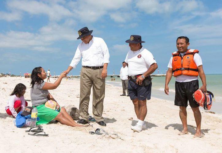 El gobernador Rolando Zapata Bello caminó por las playas de Sisal y saludó a las familias vacacionistas. (Milenio Novedades)