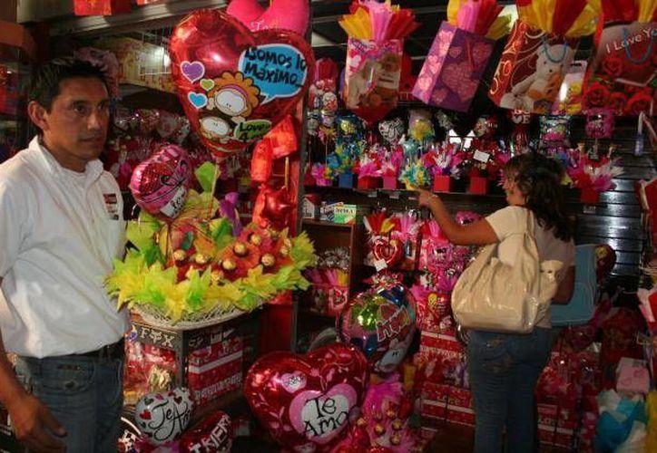 Además de los regalos tradicionales, como flores, peluches o dulces, también se puede optar por la gran oferta que existe en internet. (Archivo/SIPSE)