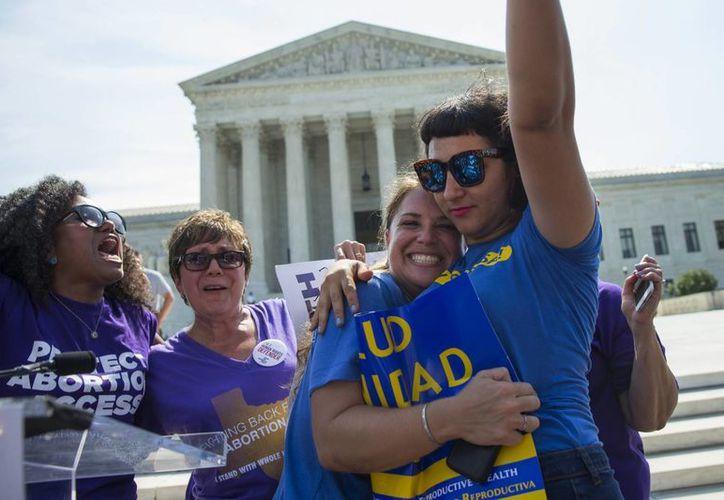 Dos mujeres celebran el fallo de la Suprema Corte de Justicia sobre la ley de abortos en Texas. (Agencias)