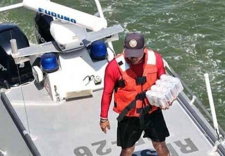 """Ante la """"especial"""" solicitud, en menos de 5 minutos, la patrulla de rescate se acercó a la embarcación donde viajaba la autoridad estatal a hacer entrega de la bebida dietética. (Tamaulipasenlinea.com)"""