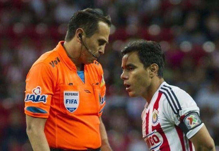 Las Chivas levantaron una  queja formal contra el árbitro Luis Enrique Santander por acoso a sus jugadores durante el partido de las Chivas contra el Léon, el pasado sábado. El silbante ya tenía un antecedente polémico contra el Rebaño. (Archivo Mexsport)