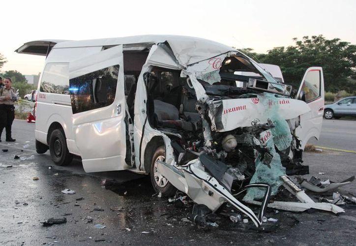 Con el frente destrozado acabó la camioneta del transporte público que chocó contra un tráiler, en la vía Mérida-Cancún. (Aldo Pallota/SIPSE)