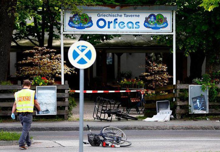 Imagen de un restaurante que se ubica frente a la estación de tren donde ocurrió una ataque armado, en la ciudad de Grafing, Alemania.