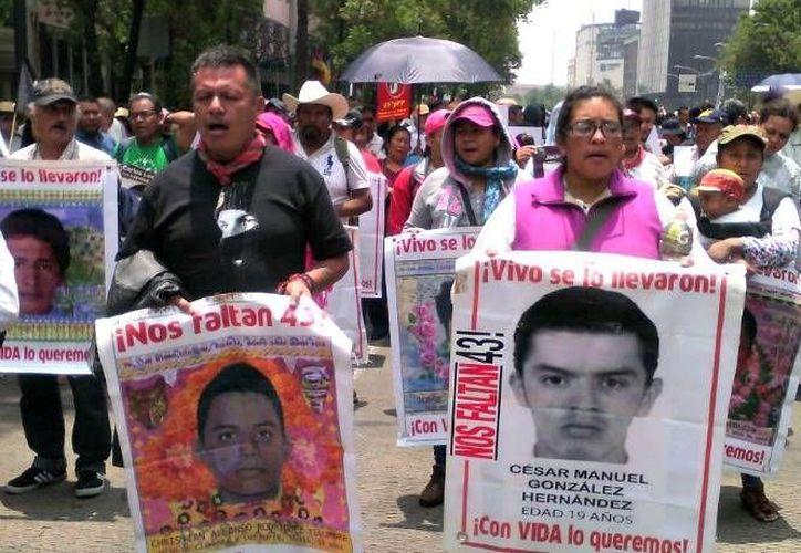 Los padres de los normalistas desaparecidos de Ayotzinapa y maestros de la CNTE, esperaron que concluyera el mitin de Andrés Manuel López Obrador, para realizar su marcha en la CDMX. (Excelsior)